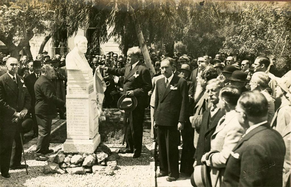 Αποκαλυπτήρια της προτομής Δ. Καμπούρογλου από τον Δήμαρχο Αθηναίων Κ. Κοτζιά (19 Απριλίου 1936).